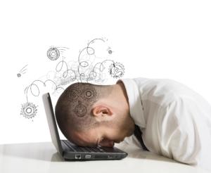 Imprenditore stressato davanti al PC